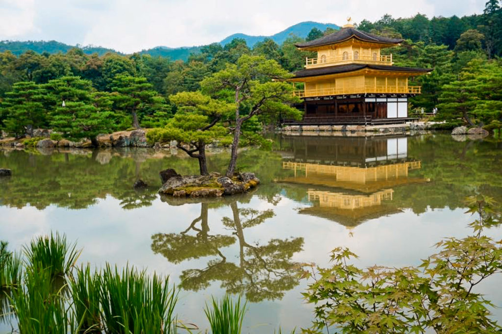 View of a golden Japanese temple surrounded by water (Kinkakuji Temple - Kyoto)