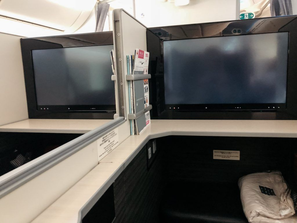 View of the privacy between seats on Japan Airlines Business Class 787